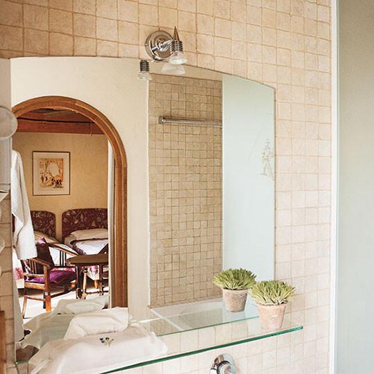 Vue de la chambre 1 depuis la salle de bain au Moulin de Sauvage