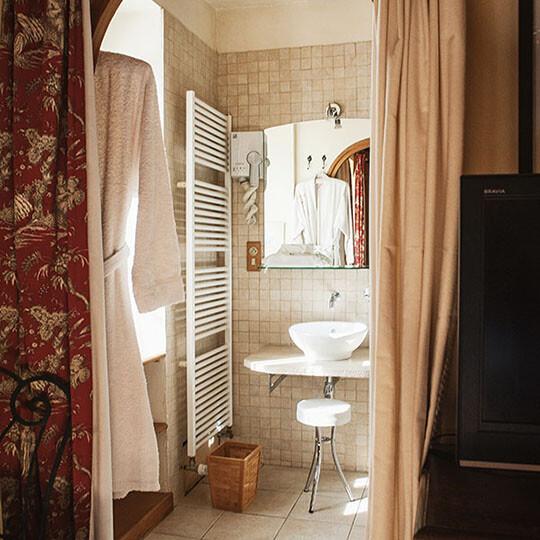 Vue de la salle de bain depuis la chambre 1 au Moulin de Sauvage